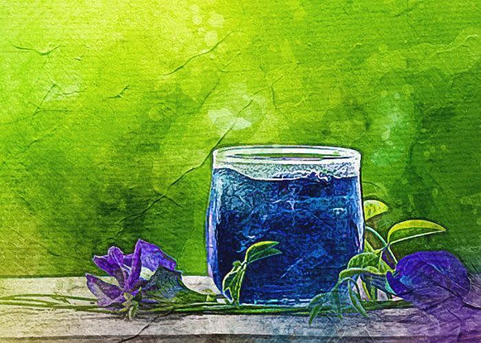 синий чай в стакане.